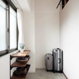 プロの声に耳を傾けた、インダストリアルな空間に北欧家具が並ぶモダンなインテリア。 (土間)