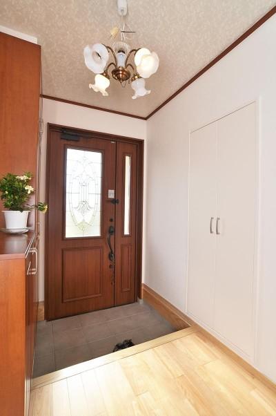 玄関 (空気環境にこだわったクラシカルモダンな空間)