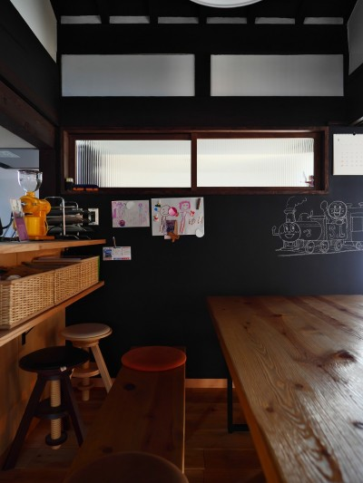 古民家リノベ 光と影と手形 (ダイニング・キッチンカウンター)