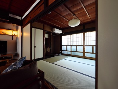 和室 (古民家リノベ 光と影と手形)