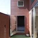 Anfield -レイソルサポーターが柏に建てた素焼きレンガの家-の写真 バルコニーとバスルーム