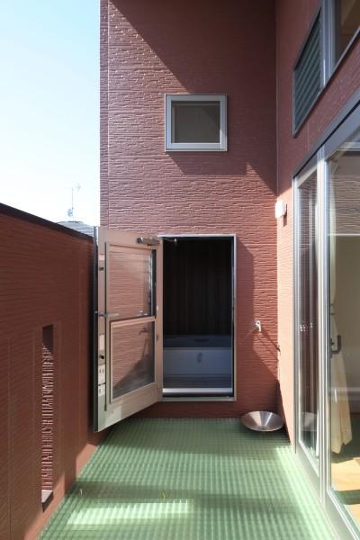 バルコニーとバスルーム (Anfield -レイソルサポーターが柏に建てた素焼きレンガの家-)