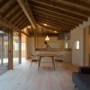 姉ヶ崎の家 大屋根と3つの庭|新築の写真 居間と連なる中庭、台所、客間