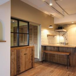 """好き""""に囲まれて暮らすアトリエのあるリノベーション-リビングからキッチンを見る"""