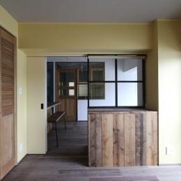 """好き""""に囲まれて暮らすアトリエのあるリノベーション-黄色いクロスの寝室"""