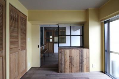 """黄色いクロスの寝室 (好き""""に囲まれて暮らすアトリエのあるリノベーション)"""