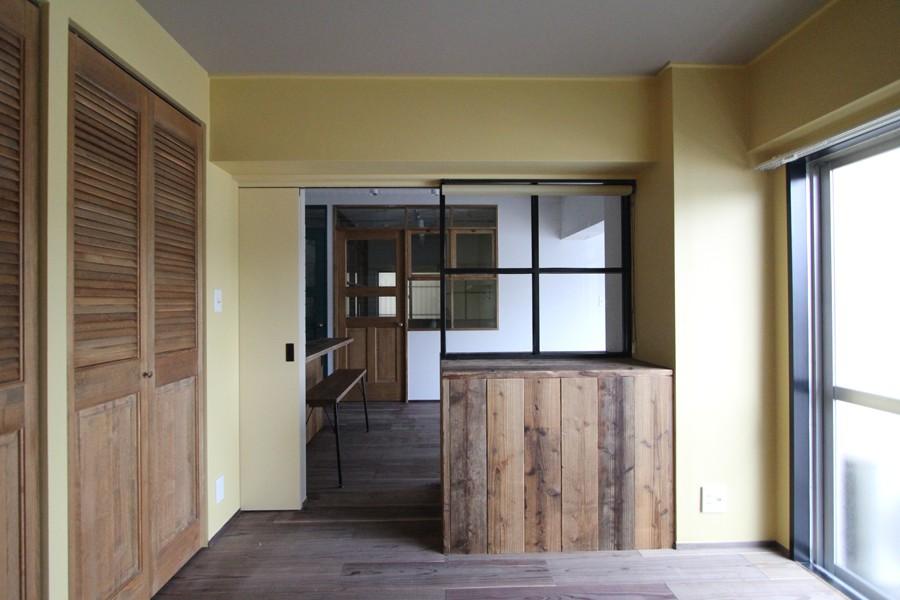 """好き""""に囲まれて暮らすアトリエのあるリノベーション (黄色いクロスの寝室)"""