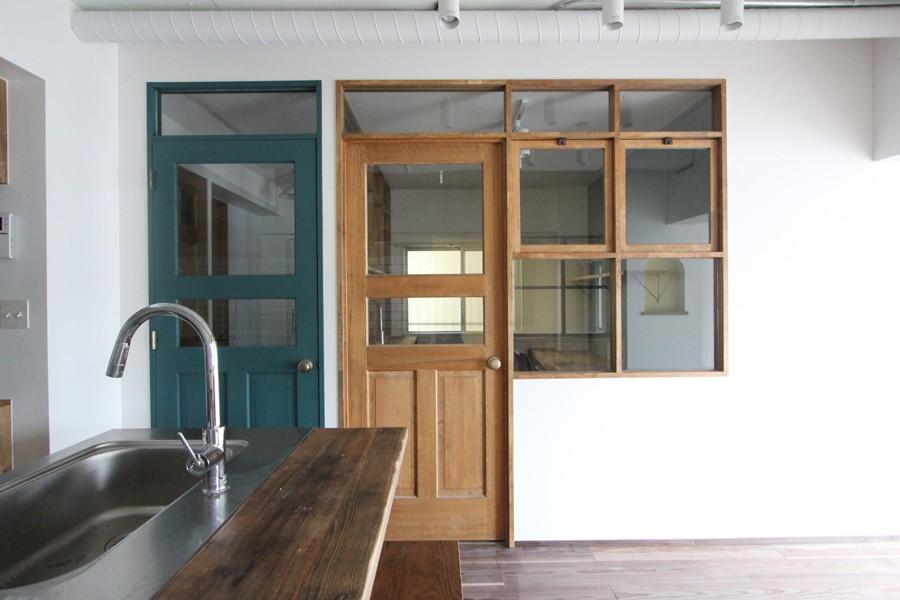 """好き""""に囲まれて暮らすアトリエのあるリノベーション (アトリエスペースの木製窓と扉)"""