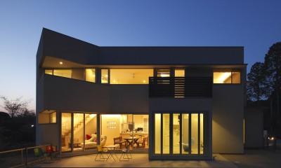 元山城に建つドックランのある家 -滋賀の家- (外観夕景)