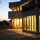 元山城に建つドックランのある家 -滋賀の家-の写真 ドックランからサンルームリビングを見る