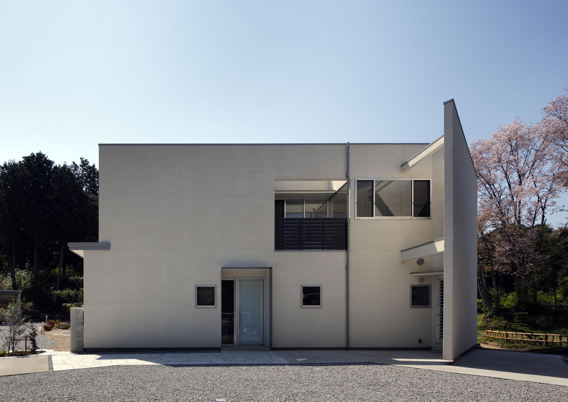 玄関事例:北からの外観(元山城に建つドックランのある家 -滋賀の家-)