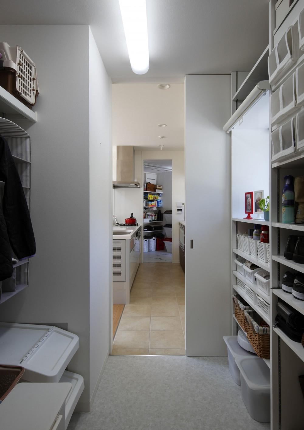 元山城に建つドックランのある家 -滋賀の家- (勝手口から収納庫を通りキッチンへいける)
