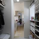元山城に建つドックランのある家 -滋賀の家-の写真 勝手口から収納庫を通りキッチンへいける