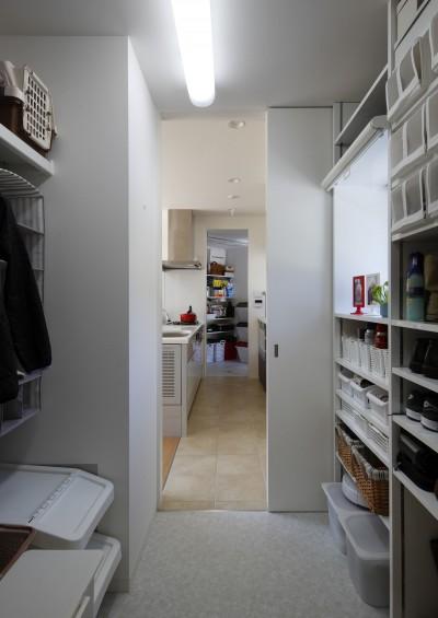 勝手口から収納庫を通りキッチンへいける (元山城に建つドックランのある家 -滋賀の家-)