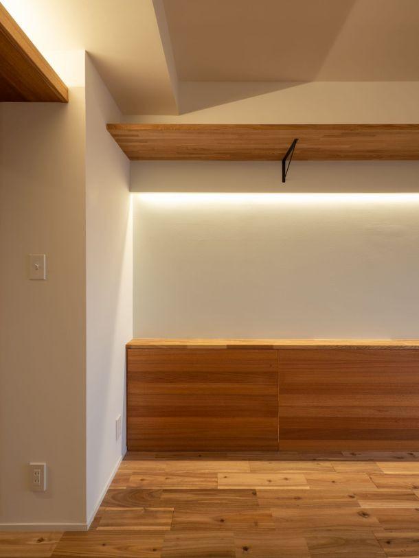 風窓の家 (腰壁の内部を常備用飲料の収納に活用)