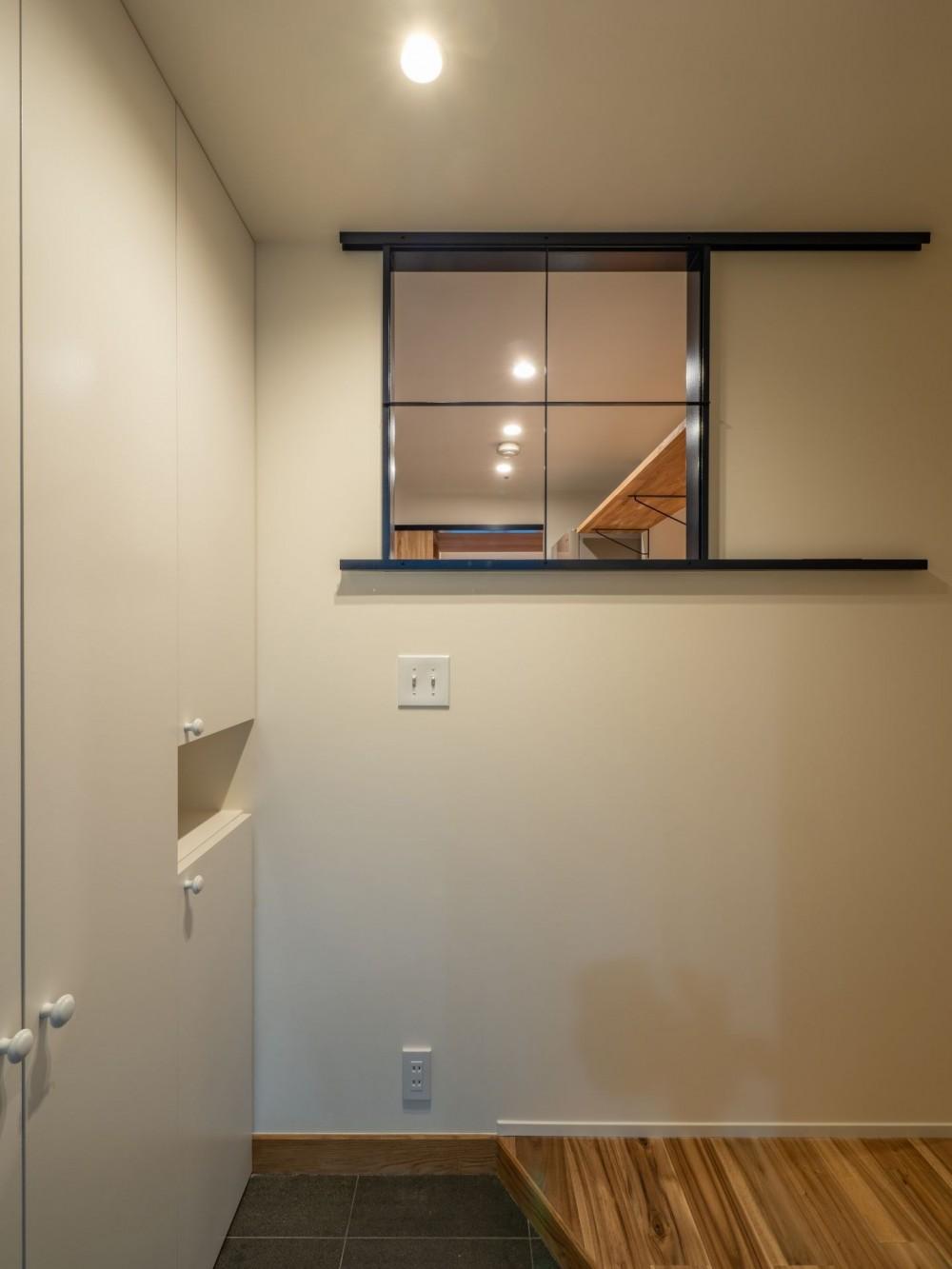 風窓の家 (玄関から見たスチール製の風窓)