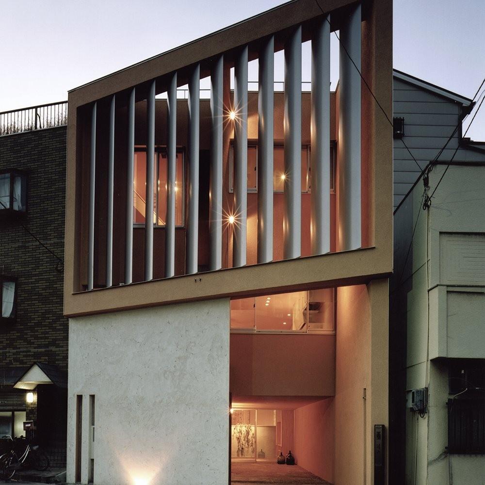 外観 (中庭と大きなルーバーのある家|30坪の狭小住宅)