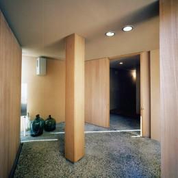 三方塞がりの狭小地、大きなルーバーと中庭|松ケ鼻町の家