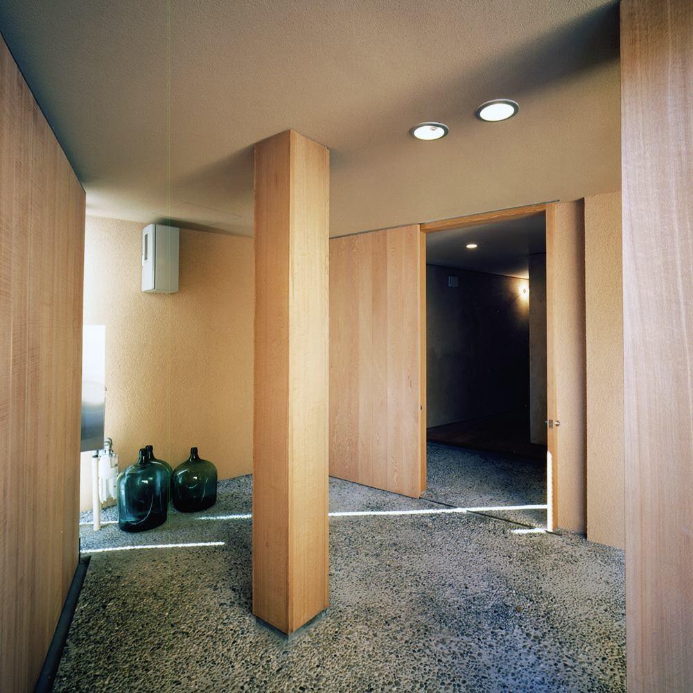 中庭と大きなルーバーのある家|30坪の狭小住宅 (エントランス)