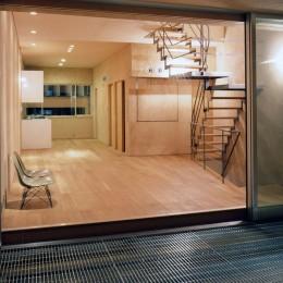 風と光とプライバシーをコントロール|松ケ鼻町の家 (リビング)