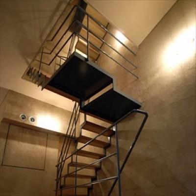 階段 (中庭と大きなルーバーのある家|30坪の狭小住宅)