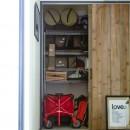 アイアンフレームのオリジナルキッチンと飛び床の土間の家の写真 玄関収納