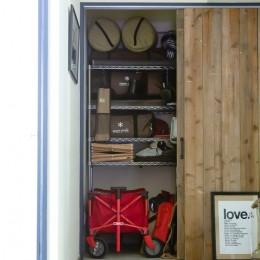 アイアンフレームのオリジナルキッチンと飛び床の土間の家 (玄関収納)