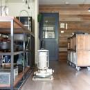 アイアンフレームのオリジナルキッチンと飛び床の土間の家の写真 リビング