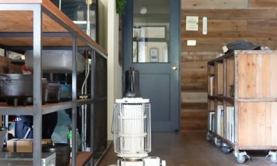 リビング|アイアンフレームのオリジナルキッチンと飛び床の土間の家