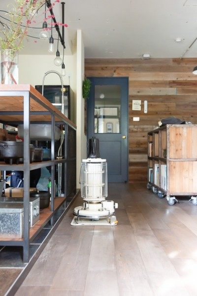 リビング (アイアンフレームのオリジナルキッチンと飛び床の土間の家)