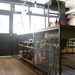 アイアンフレームのオリジナルキッチンと飛び床の土間の家