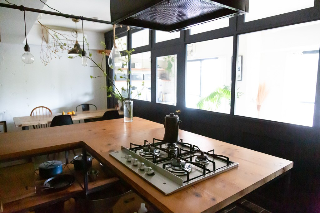 リビングダイニング事例:キッチン(アイアンフレームのオリジナルキッチンと飛び床の土間の家)