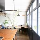 アイアンフレームのオリジナルキッチンと飛び床の土間の家の写真 壁一面の室内窓