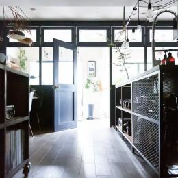 アイアンフレームのオリジナルキッチンと飛び床の土間の家 (大きな室内窓)
