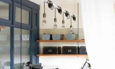 アイアンフレームのオリジナルキッチンと飛び床の土間の家 (ワークスペース)
