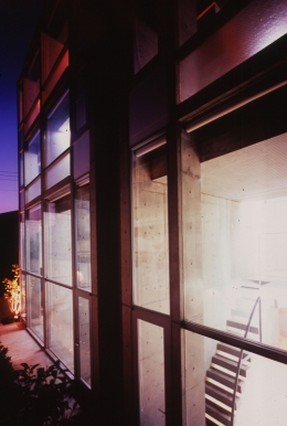 Residence LILAS (夜間の外観)