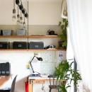 アイアンフレームのオリジナルキッチンと飛び床の土間の家の写真 親子のワークスペース