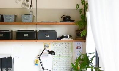 アイアンフレームのオリジナルキッチンと飛び床の土間の家 (親子のワークスペース)