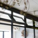 アイアンフレームのオリジナルキッチンと飛び床の土間の家の写真 軸回し窓