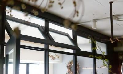 アイアンフレームのオリジナルキッチンと飛び床の土間の家 (軸回し窓)