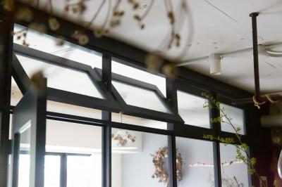 軸回し窓 (アイアンフレームのオリジナルキッチンと飛び床の土間の家)