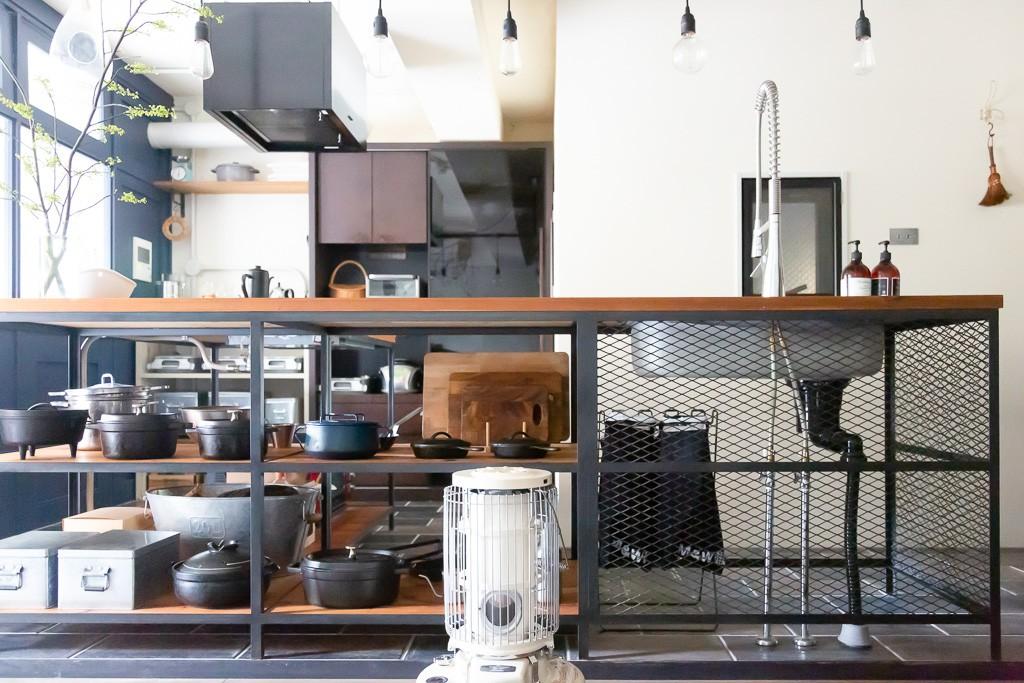 キッチン事例:キッチン(アイアンフレームのオリジナルキッチンと飛び床の土間の家)