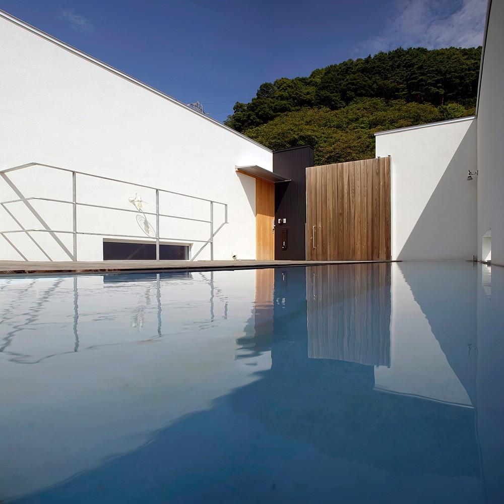 諏訪湖畔のアトリエ 諏訪の家 (屋上庭園と水盤のあるエントランス)