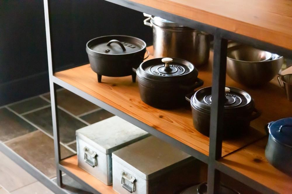 アイアンフレームのオリジナルキッチンと飛び床の土間の家 (キッチン)