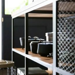 アイアンフレームのオリジナルキッチンと飛び床の土間の家 (アクセントにエキスパンドメタル)