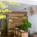 アイアンフレームのオリジナルキッチンと飛び床の土間の家の写真 古材の板張り壁