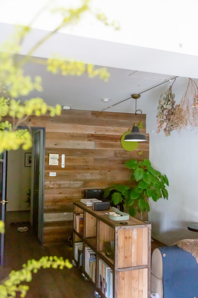 アイアンフレームのオリジナルキッチンと飛び床の土間の家 (古材の板張り壁)