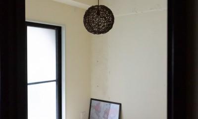 アイアンフレームのオリジナルキッチンと飛び床の土間の家 (シンプル和室)