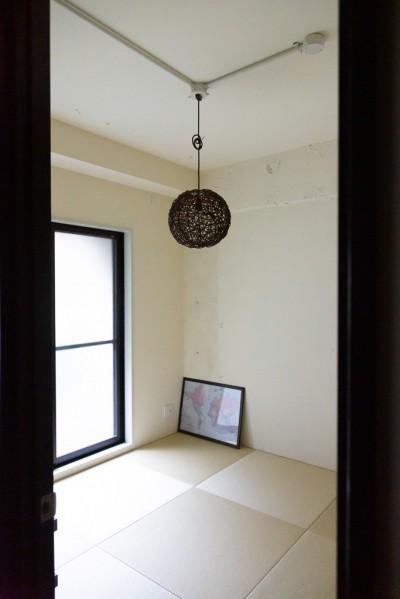 シンプル和室 (アイアンフレームのオリジナルキッチンと飛び床の土間の家)