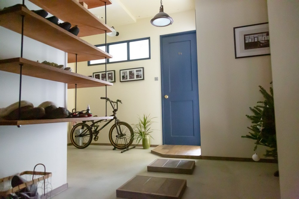 アイアンフレームのオリジナルキッチンと飛び床の土間の家 (飛び床玄関土間)